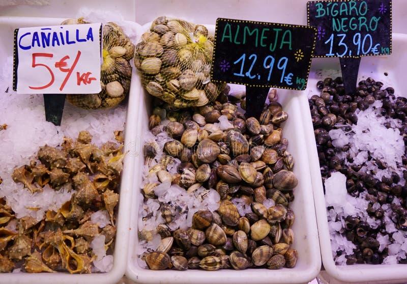 Πώληση των θαλασσινών στα πλαστικά πιάτα στην αγορά Boqueria στη Βαρκελώνη στοκ εικόνα με δικαίωμα ελεύθερης χρήσης
