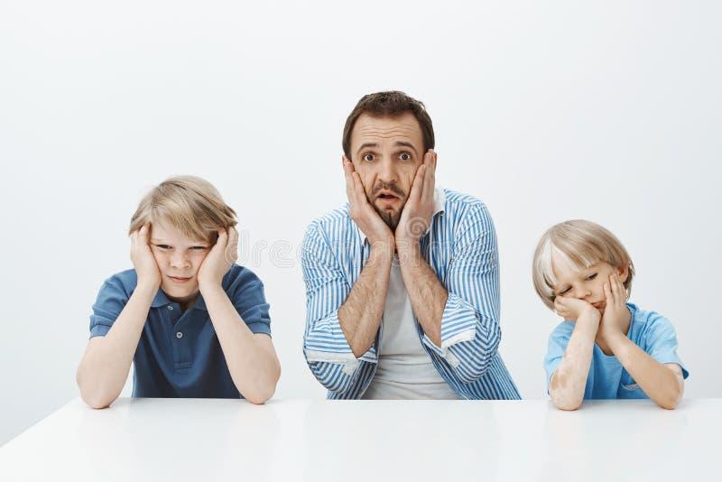 Πώς μεγάλωσαν γρήγορα Πορτρέτο της συγκλονισμένης ανήσυχης ευρωπαϊκής συνεδρίασης πατέρων με τους γιους, χέρια εκμετάλλευσης στο  στοκ φωτογραφία με δικαίωμα ελεύθερης χρήσης