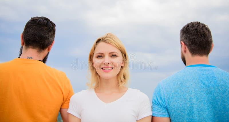Πώς να επιλέξει τον καλύτερο φίλο Στάση κοριτσιών σε μπροστινά δύο απρόσωπα άτομα Κορίτσι που σκέφτεται ποιοι που πηγαίνει ρωτά τ στοκ εικόνα