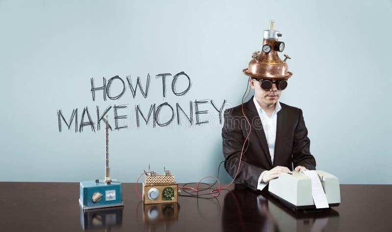 Πώς να κάνει το κείμενο χρημάτων με τον εκλεκτής ποιότητας επιχειρηματία στο γραφείο στοκ εικόνα