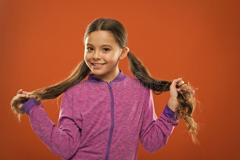 Πώς να μεταχειριστεί τη σγουρή τρίχα Εύκολες άκρες που κάνουν hairstyle για τα παιδιά Άνετο hairstyle για τον ενεργό τρόπο ζωής Γ στοκ εικόνες με δικαίωμα ελεύθερης χρήσης