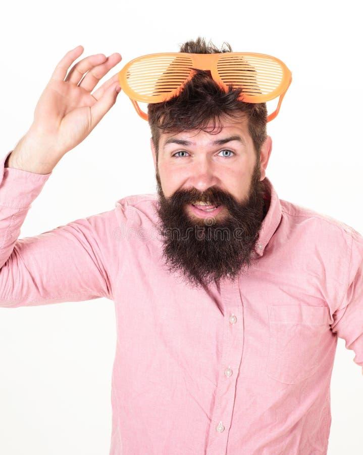 Πώς να πάρει έτοιμος για τις επόμενες διακοπές σας Το παραθυρόφυλλο ένδυσης Hipster σκιάζει τα εξαιρετικά μεγάλα γυαλιά ηλίου Δια στοκ εικόνες με δικαίωμα ελεύθερης χρήσης