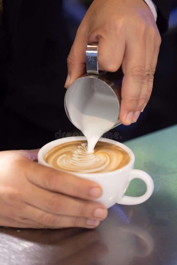 Πώς να χύσει το γάλα στον καυτό καφέ στοκ φωτογραφία με δικαίωμα ελεύθερης χρήσης