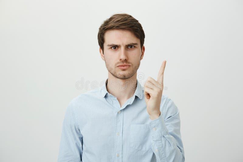 Πώς τολμήστε εσείς disobey Πορτρέτο του όμορφου σοβαρού ευρωπαϊκού δασκάλου στο χειροποίητο αντίχειρα τινάγματος πουκάμισων σαν στοκ φωτογραφίες