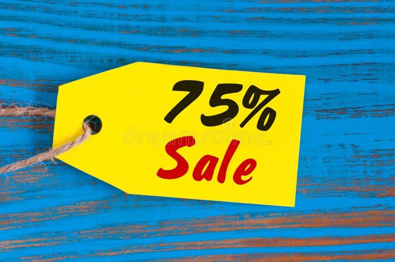 Πώληση μείον 75 τοις εκατό Μεγάλες πωλήσεις εβδομήντα πέντε percents στο μπλε ξύλινο υπόβαθρο για το ιπτάμενο, αφίσα, αγορές, σημ στοκ φωτογραφία