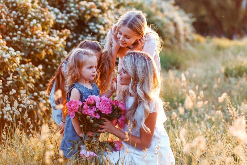 Π  οικογένεια μητέρας και τρεις χαριτωμένες κόρες με μικρά παιδιά Έννοια της ευτυχισμένης μητρότητας στοκ εικόνες με δικαίωμα ελεύθερης χρήσης