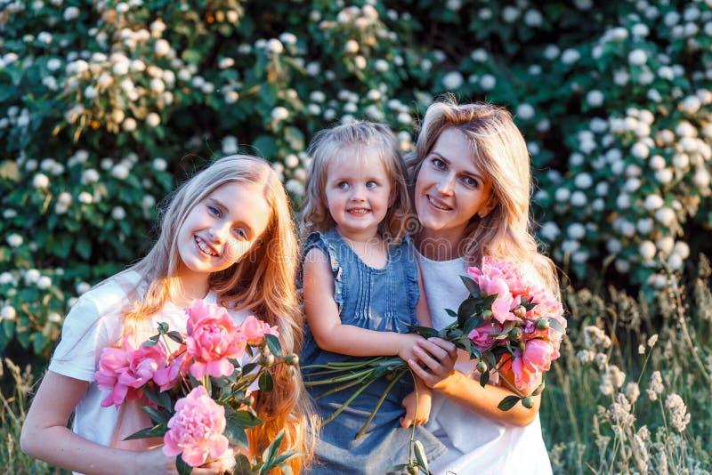 Π  οικογένεια μητέρας και τρεις χαριτωμένες κόρες με μικρά παιδιά Έννοια της ευτυχισμένης μητρότητας στοκ φωτογραφίες με δικαίωμα ελεύθερης χρήσης