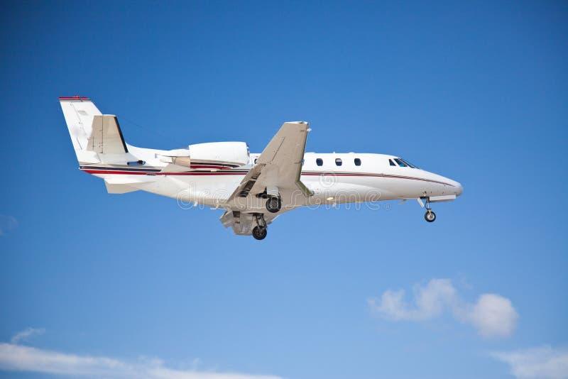 Πλάγια όψη δίδυμο μηχανοκίνητο πετώντας midair αεροπλάνων στοκ εικόνες