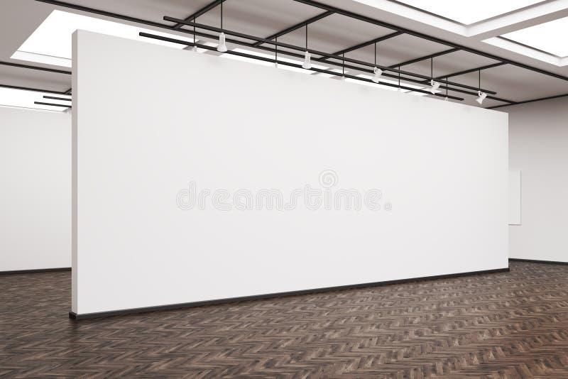 Πλάγια όψη ενός μεγάλου κενού τοίχου σε ένα γκαλερί τέχνης με το σκοτεινό ξύλο ελεύθερη απεικόνιση δικαιώματος