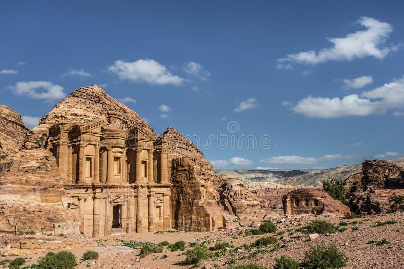 Πλάγια όψη της αγγελίας Deir (aka το μοναστήρι ή EL Deir) στην αρχαία πόλη της Petra (Ιορδανία) στοκ εικόνες