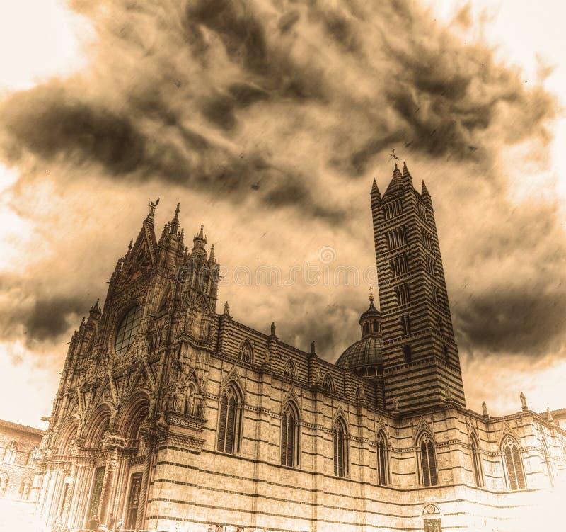 Πλάγια όψη της Σιένα Duomo στον τόνο σεπιών στοκ φωτογραφία με δικαίωμα ελεύθερης χρήσης