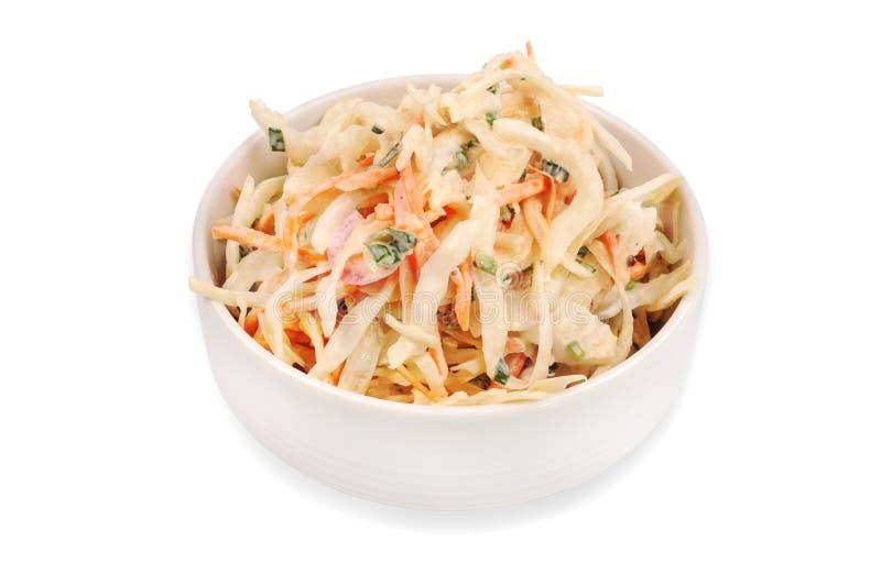 Πλάγια όψη του κύπελλου που γεμίζουν με coleslaw που απομονώνεται στο άσπρο υπόβαθρο στοκ φωτογραφία