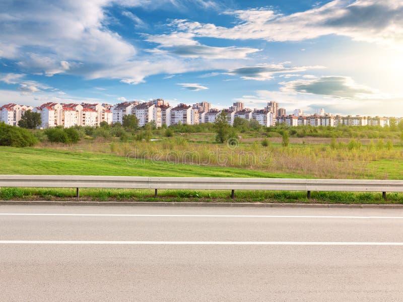 Πλάγια όψη του δρόμου και της εικονικής παράστασης πόλης στο υπόβαθρο στοκ φωτογραφία