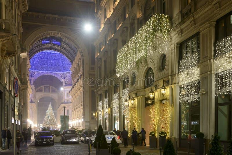 Πλάγια όψη του χριστουγεννιάτικου δέντρου και lightening Galleria, Μιλάνο στοκ εικόνα με δικαίωμα ελεύθερης χρήσης