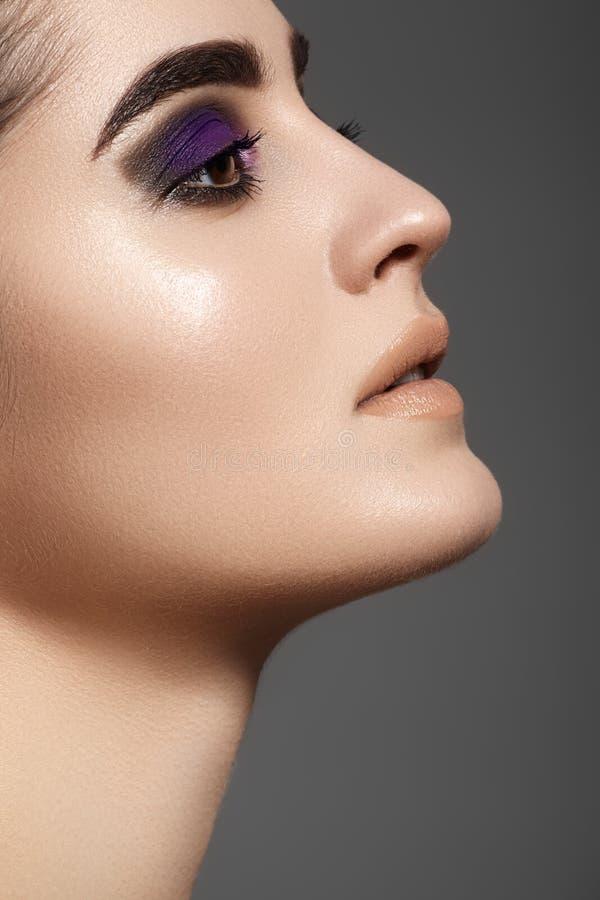Πλάγια όψη του όμορφου πρότυπου προσώπου με τη σύνθεση ματιών μόδας στοκ εικόνες