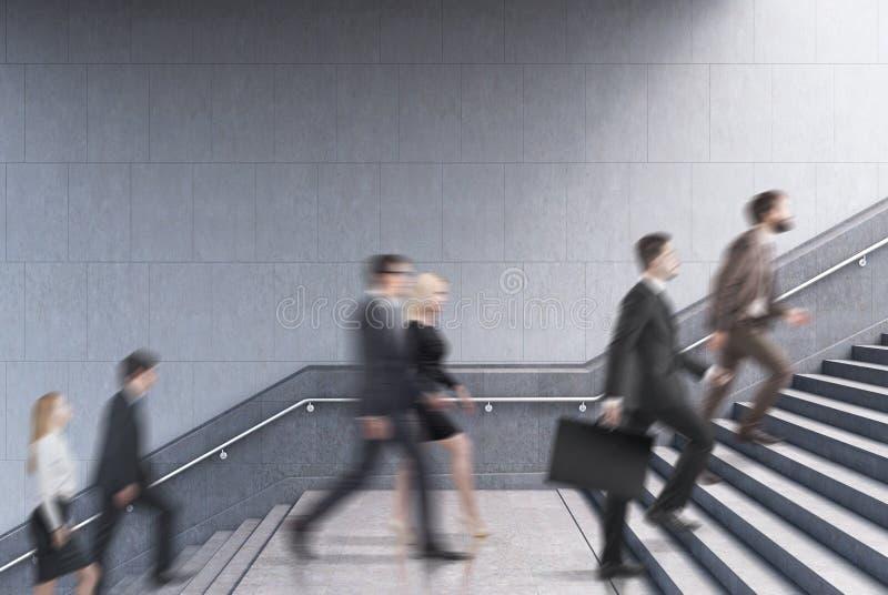 Πλάγια όψη των επιχειρηματιών που αναρριχούνται σε ένα σκαλοπάτι σε ένα κτήριο στοκ εικόνες
