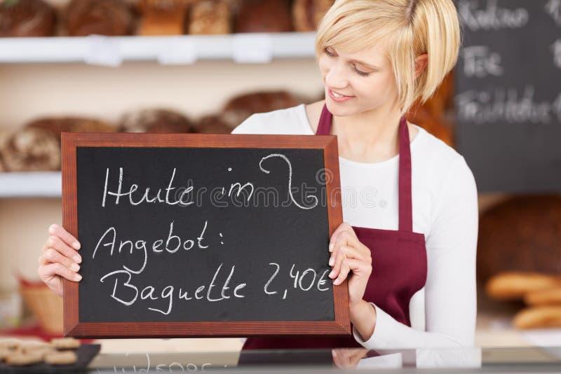 Πλάκα εκμετάλλευσης σερβιτορών με την προσφορά που γράφεται σε το στο αρτοποιείο στοκ φωτογραφίες