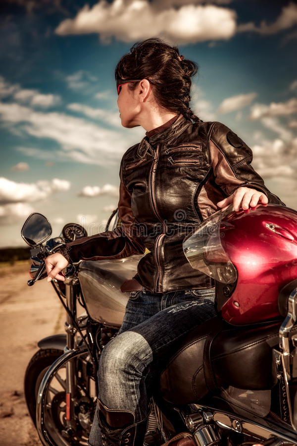 πλάνο μοτοσικλετών πρωινού κοριτσιών ποδηλατών στοκ εικόνα με δικαίωμα ελεύθερης χρήσης