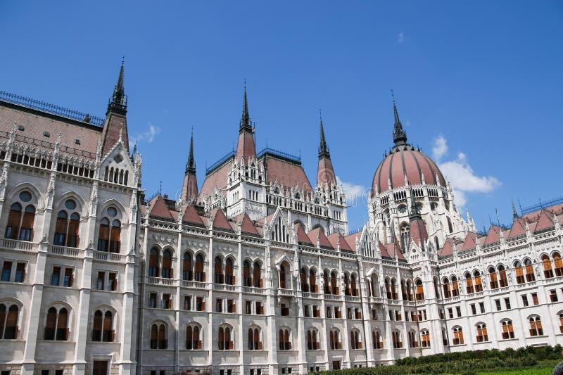 πλάνο των Κοινοβουλίων της Ουγγαρίας φίλτρων οικοδόμησης της Βουδαπέστης cpl αρχιτεκτονικές απεικονισμένες λεωφόρος αγορές γυαλιο στοκ εικόνα