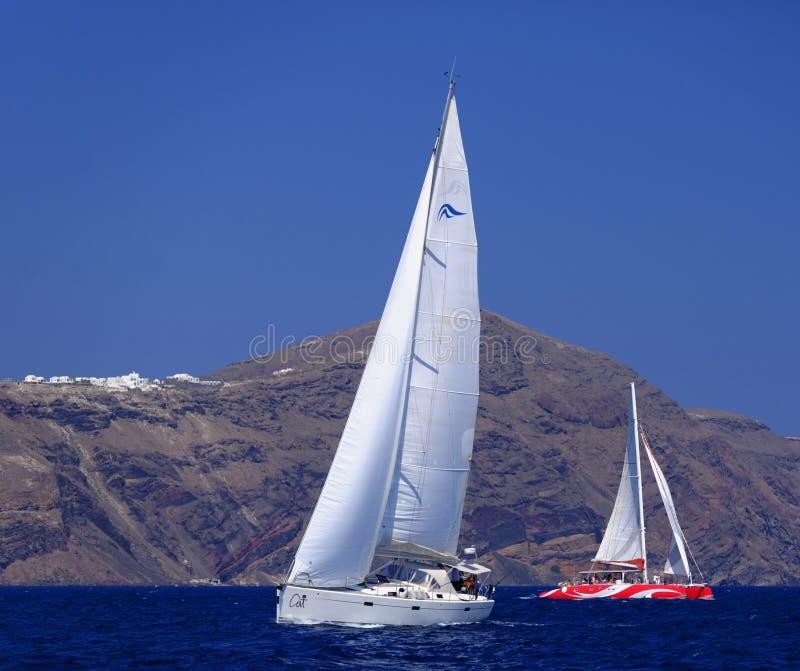 Πλέοντας βάρκα και καταμαράν σε Santorini στοκ εικόνα
