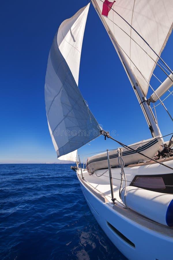 Πλέοντας βάρκα στη θάλασσα στοκ εικόνες