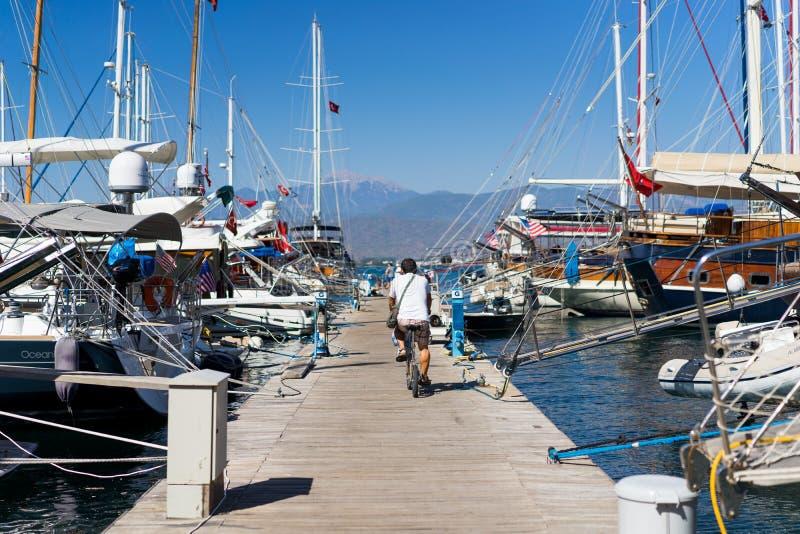 Πλέοντας βάρκα στο λιμάνι στοκ φωτογραφία