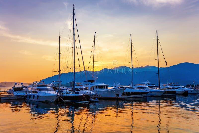 Πλέοντας βάρκες στη μαρίνα στο ηλιοβασίλεμα. στοκ εικόνα