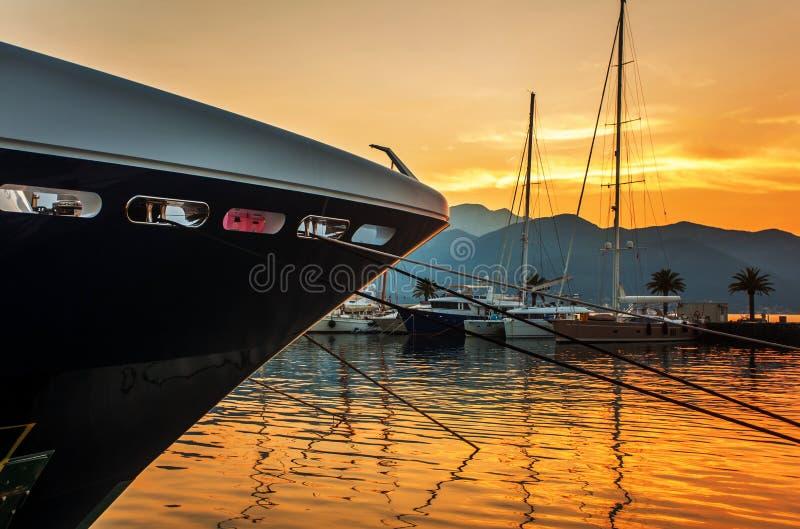 Πλέοντας βάρκες στη μαρίνα στο ηλιοβασίλεμα. στοκ φωτογραφίες με δικαίωμα ελεύθερης χρήσης