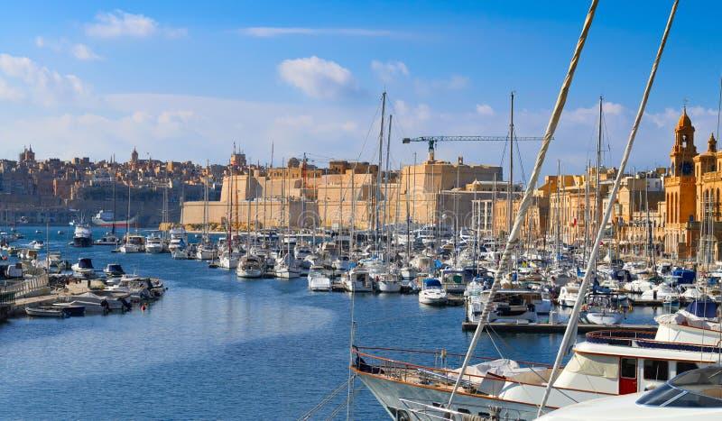 Πλέοντας βάρκες στη μαρίνα Senglea στο μεγάλο κόλπο, Valletta, Μάλτα στοκ εικόνες
