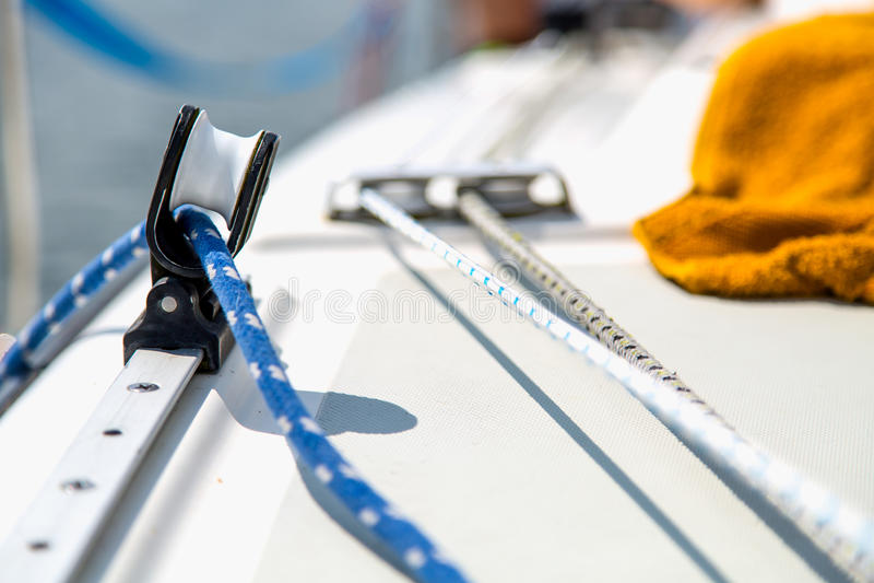 Πλέοντας εξοπλισμός στην άσπρη βάρκα πανιών στοκ φωτογραφίες