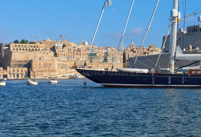 Πλέοντας σκάφος που δένεται στη μαρίνα Vittoriosa στο μεγάλο κόλπο Valletta στοκ εικόνες με δικαίωμα ελεύθερης χρήσης