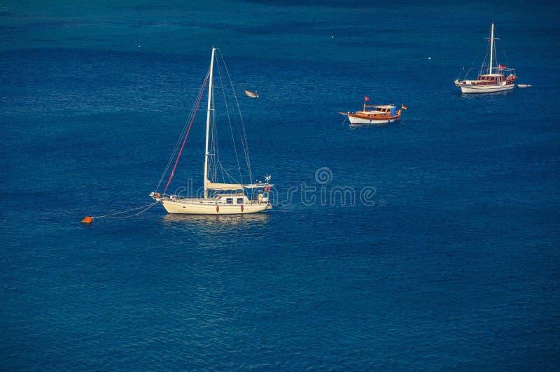 Πλέοντας σκάφος στην πρόσδεση στοκ φωτογραφίες
