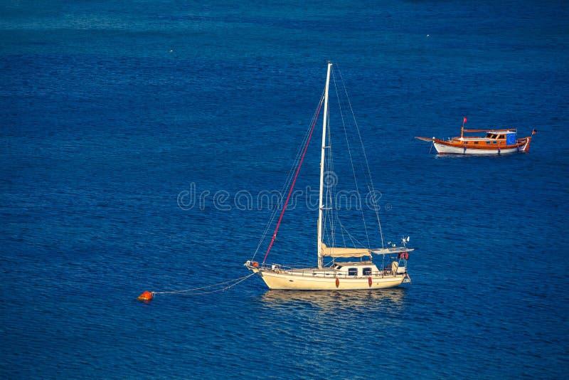 Πλέοντας σκάφος στην πρόσδεση στοκ φωτογραφία