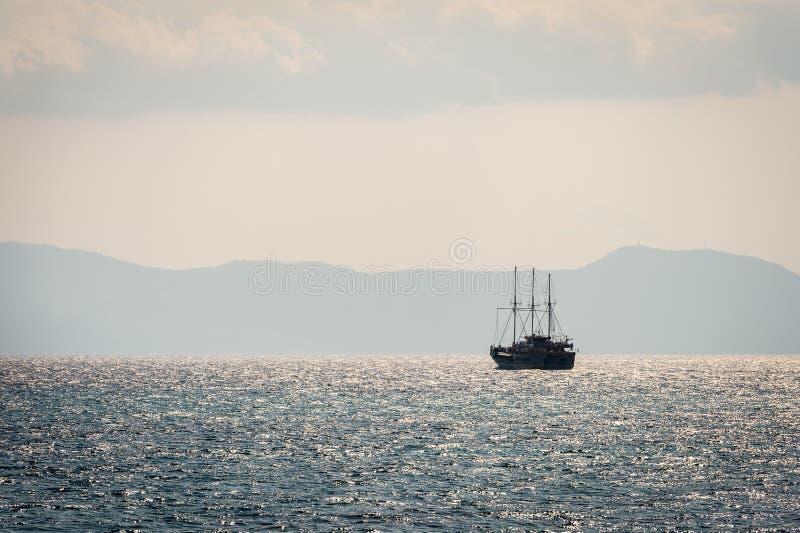 Πλέοντας σκάφος στη θάλασσα στοκ φωτογραφίες