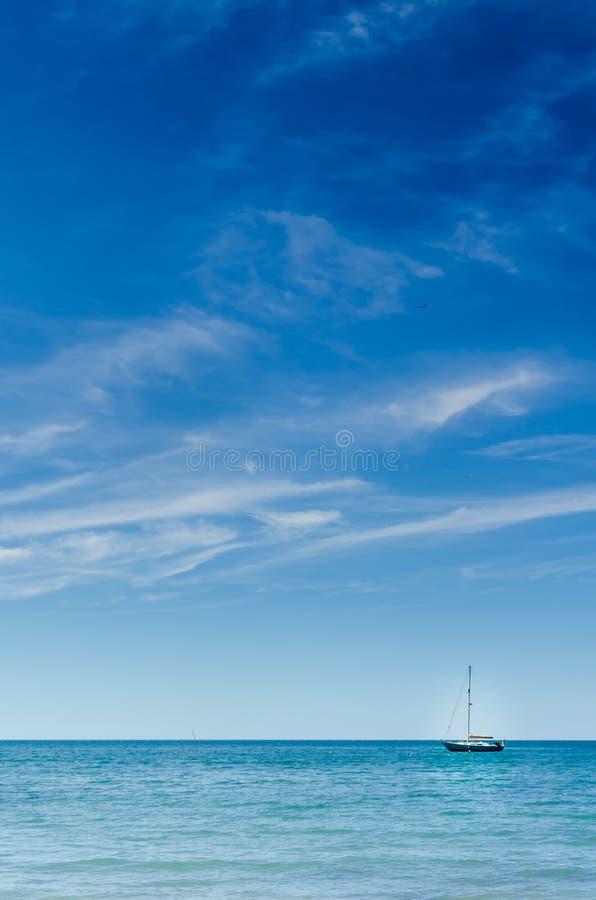 Πλέοντας τέλειοι μπλε ωκεάνιοι νερό και ουρανός σωστό Vertic θερινής ημέρας στοκ εικόνες με δικαίωμα ελεύθερης χρήσης