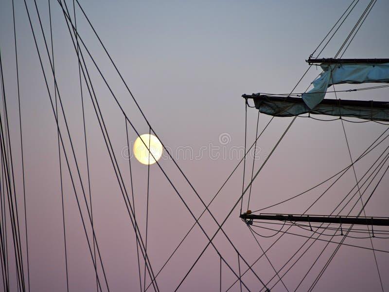 Πλέοντας ψηλό σκάφος γιοτ που φωτίζεται από το φως μιας πανσελήνου στοκ εικόνες με δικαίωμα ελεύθερης χρήσης