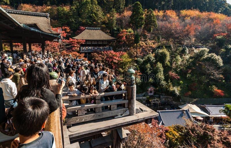 Πλήθη στην ξύλινη πλατφόρμα στο kiyomizu-Dera στοκ εικόνα με δικαίωμα ελεύθερης χρήσης