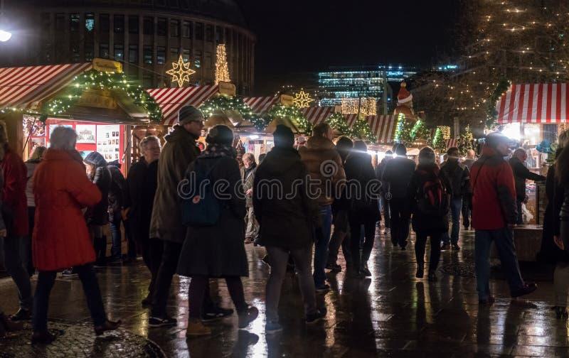 Πλήθη στην πολυάσχολη αγορά Χριστουγέννων Breitscheidplatz στοκ εικόνα με δικαίωμα ελεύθερης χρήσης