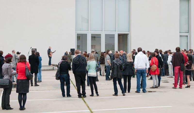 Πλήθη των ανθρώπων στο μουσείο γκαλεριών τέχνης που ανοίγει με την απόδοση ζωντανής μουσικής στοκ εικόνες