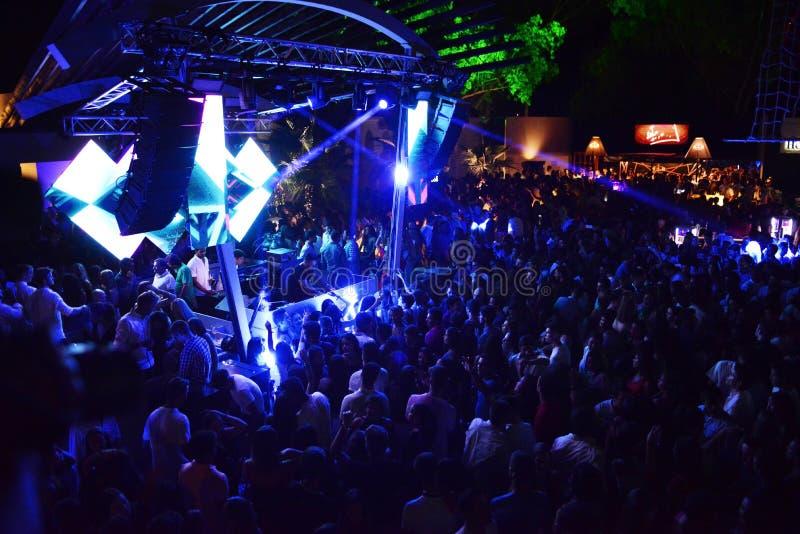 Πλήθος μουσικής χορού στο υπαίθριο νυχτερινό κέντρο διασκέδασης, θερινή περίοδο στοκ φωτογραφία