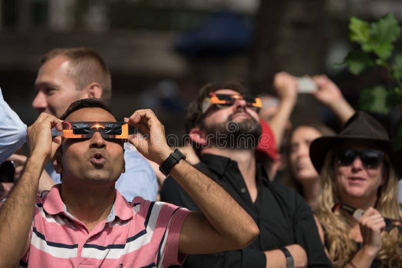 Πλήθος που εξετάζει επάνω την έκλειψη του 2017 στην πόλη της Νέας Υόρκης στοκ εικόνες