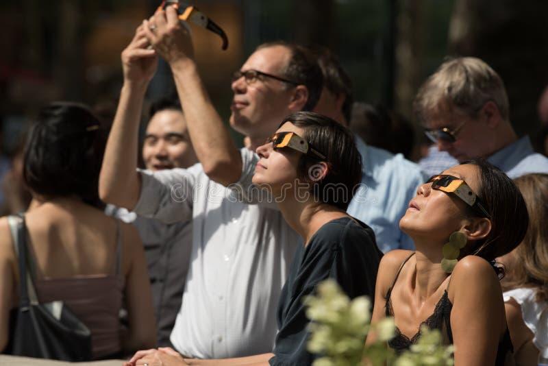 Πλήθος που εξετάζει επάνω την έκλειψη του 2017 στην πόλη της Νέας Υόρκης στοκ εικόνα