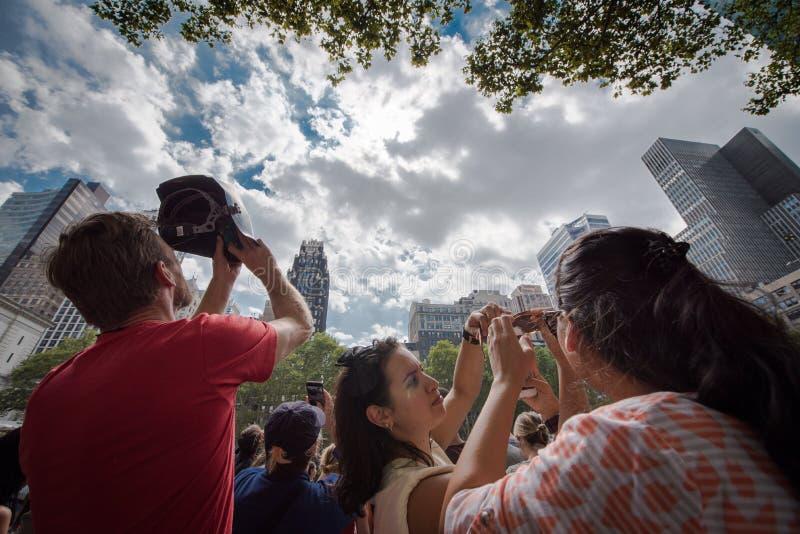 Πλήθος που εξετάζει επάνω την έκλειψη του 2017 στην πόλη της Νέας Υόρκης στοκ φωτογραφία