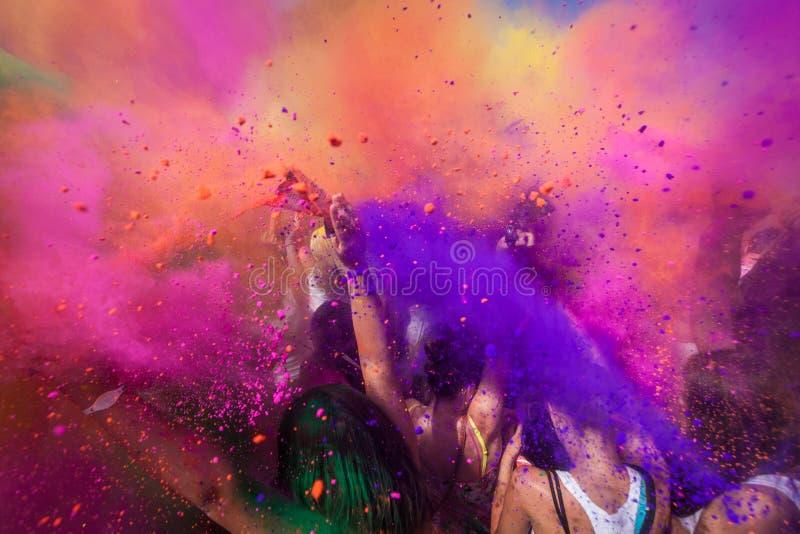 Πλήθος που πυροβολείται με το χρώμα στοκ εικόνες με δικαίωμα ελεύθερης χρήσης
