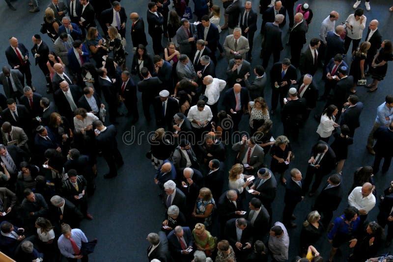 Πλήθος στην είσοδο στα Ηνωμένα Έθνη που ενσωματώνουν τη Νέα Υόρκη, προοπτική πουλιών στοκ εικόνα