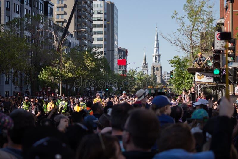 Πλήθος στην οδό που περιμένει τους γίγαντες στοκ εικόνες