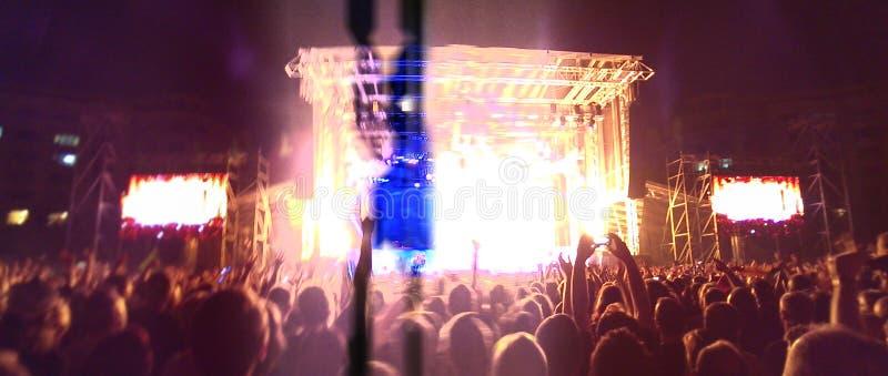 Πλήθος στη συναυλία βράχου στοκ φωτογραφία με δικαίωμα ελεύθερης χρήσης