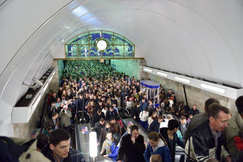 Πλήθος στον υπόγειο της Αγία Πετρούπολης στην ημέρα νίκης στοκ εικόνα