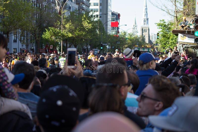Πλήθος των ανθρώπων που περιμένουν τους γίγαντες στοκ φωτογραφία