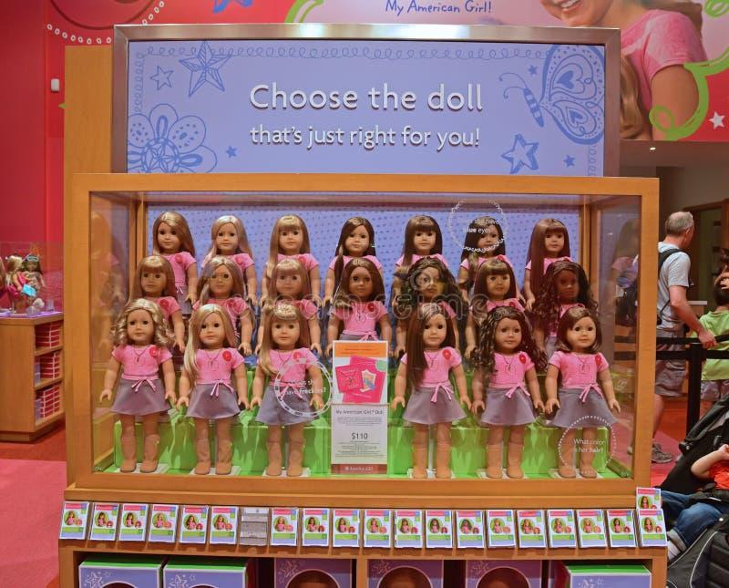 Πλήρεις αμερικανικές κούκλες κοριτσιών που τίθενται στην επίδειξη στοκ εικόνα